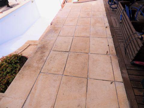 Il pavimento esterno in pietra leccese dopo l'intervento di pulizia