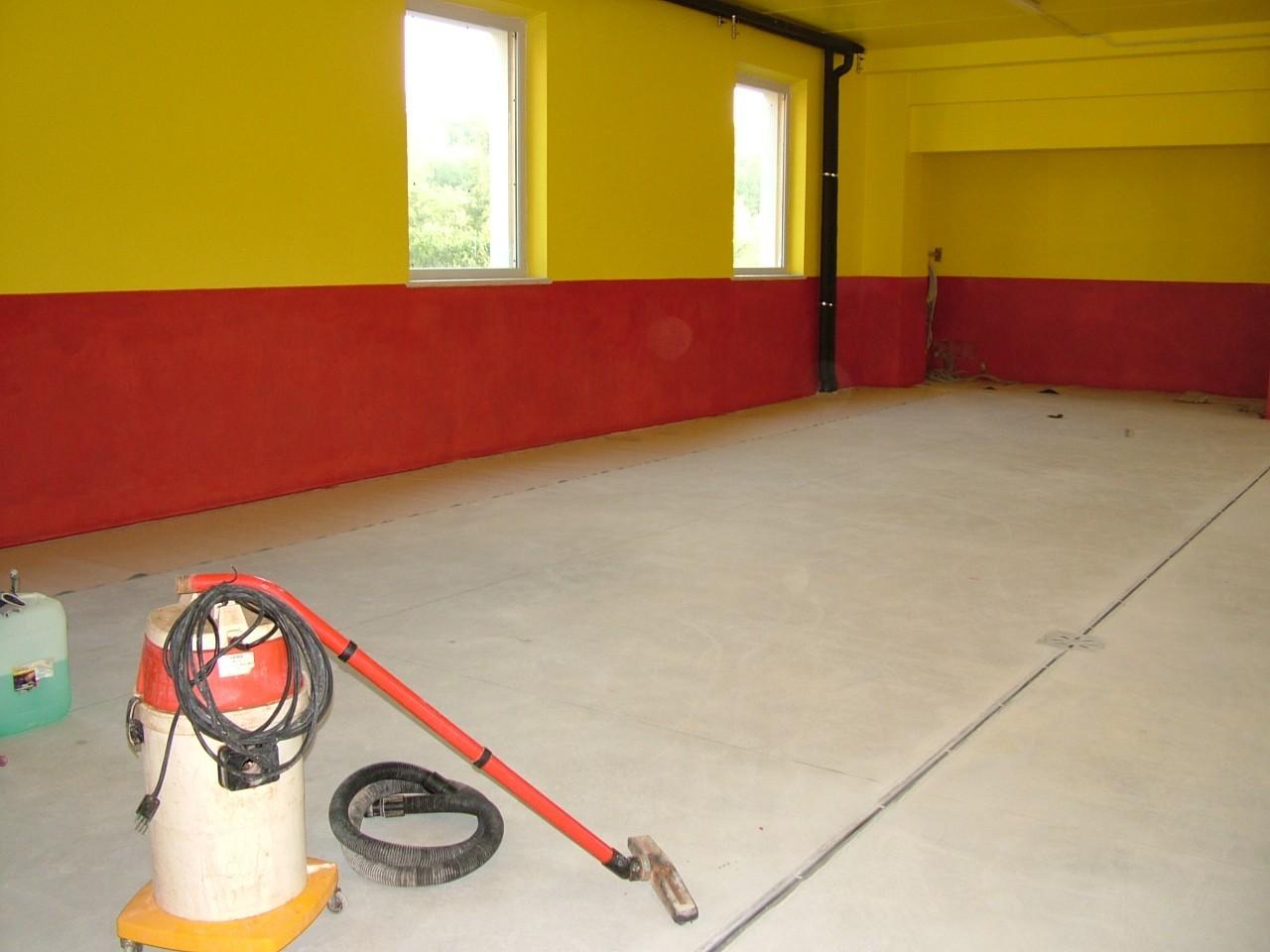 Pulizia preliminare di un pavimento industriale in cemento