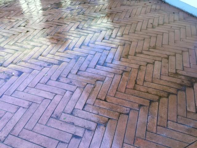 Il pavimento in cotto dopo il trattamento con l'idropulitrice