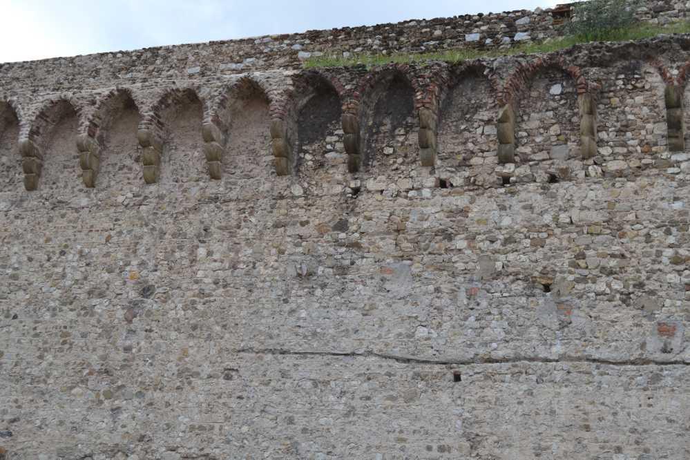 Differenza tra le mura restaurate e quelle ancora da pulire