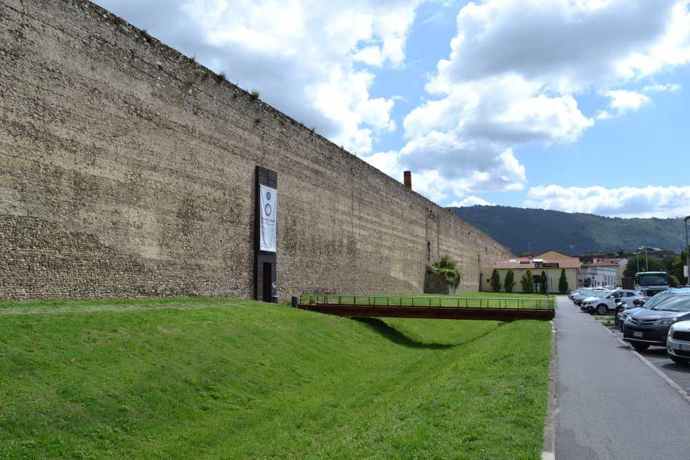 Tratto delle mura di Prato vicino all'ingresso del Museo del Tessuto