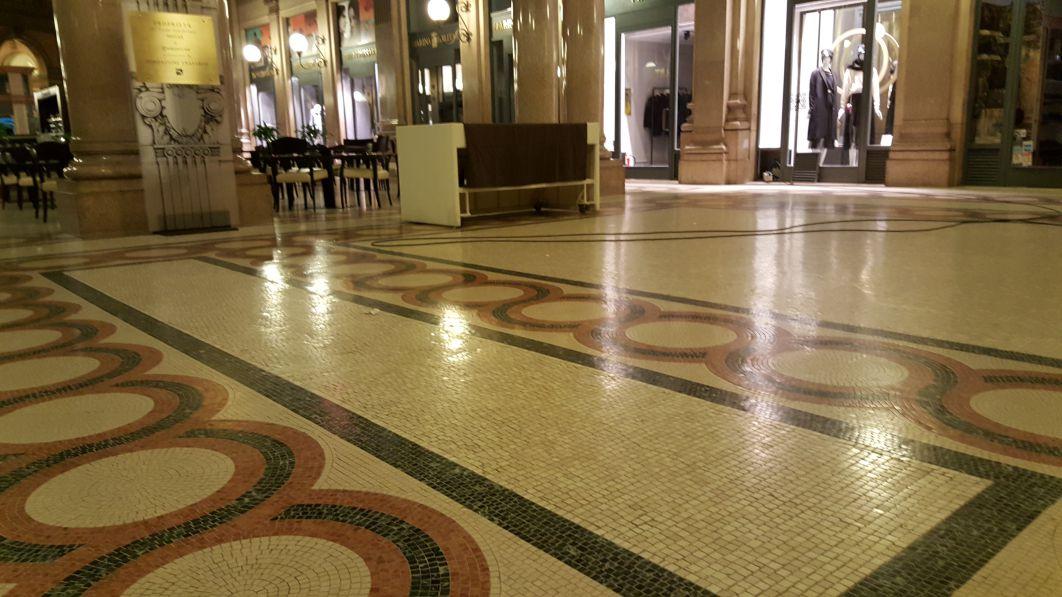 Pavimento in mosaico di marmo pulito e trattato