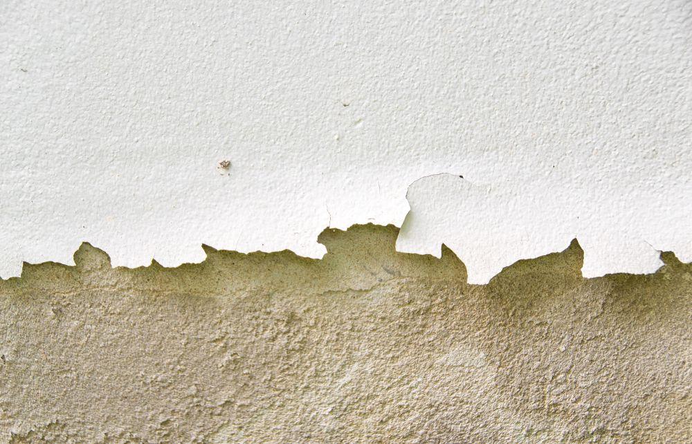 Muro rovinato dalle infiltrazioni d'acqua dal terrazzo