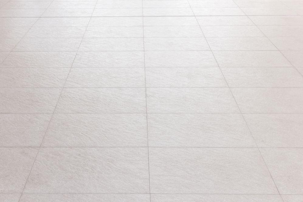Un pavimento in gres porcellanato grigio