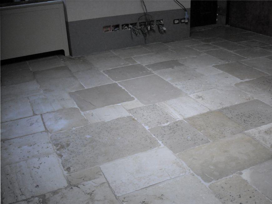 Pavimento interno in pietra naturale sporco di cemento