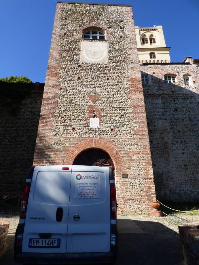 Il furgone della Punto Service davanti all'ingresso del castello di Rivalta