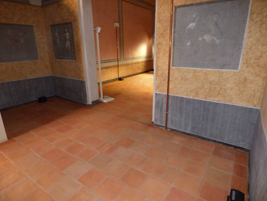 Il pavimento interno finito e trattato: il cotto antico viene valorizzato