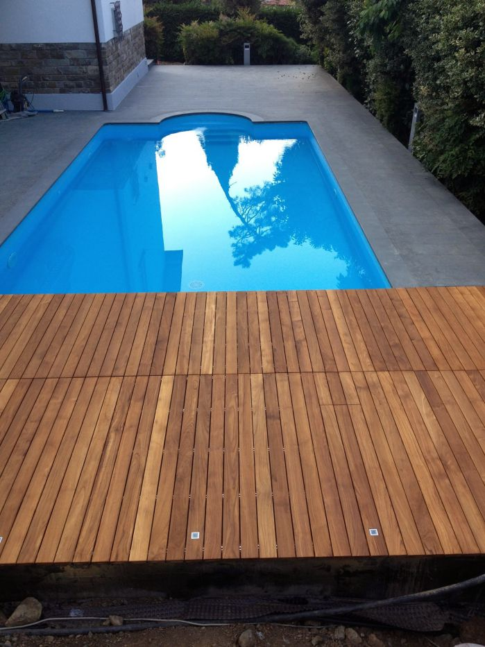 Una bellissima piscina in teak trattata con olio impregnante