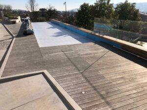 Marbec | Bord de piscine en teck à restaurer