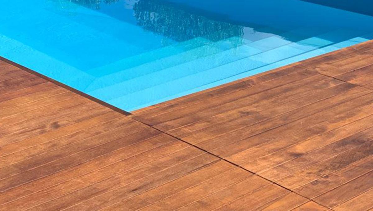 Pulire il teak bordo piscina